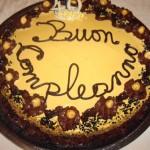 Cumpleaños-pastel de chocolate y crema-a-tuercas